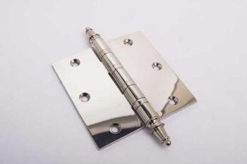 Scharnier met kogellager blinkend nikkel op gepolijst messing. Dit 3,5 duims of 90mm scharnier past mooi bij blinkend nikkel deurbeslag.