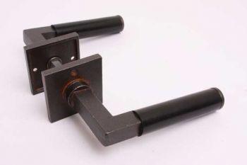 Deurkruk Bauhaus gietijzer roest met zwart ebben en vierkante rozetten per paar