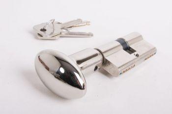 Profielcilinderslot met ovale, blinkend nikkelen knop gemaakt van massief messing en een maat van 30mm+30mm.