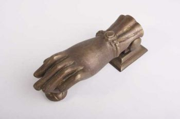 Deurklopper hand voor de voordeur in de vorm van een handje gemaakt van massief messing in de kleur brons antiek.