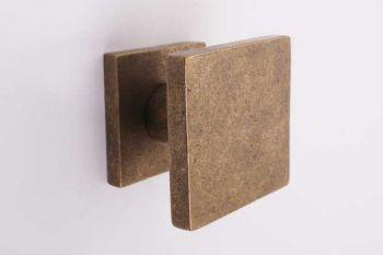 Voordeurknop vierkant brons antiek 65mm - een vaste knop op de voordeur
