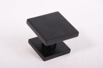 Voordeurknop vierkant zwart op messing 65mm