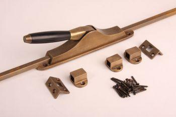 Schuifespagnolet Tonmodel brons antiek en ebbenhout met 2 stangen