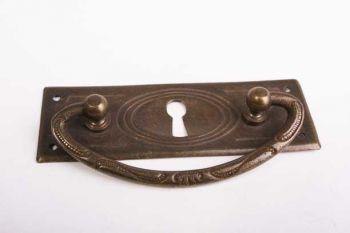 Klassieke ladegreep brons antiek 96mm met sleutelgat