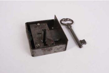Opdekslot 20/25/30/35/40/45/50/55/60 mm links in blank ijzer met sleutel.