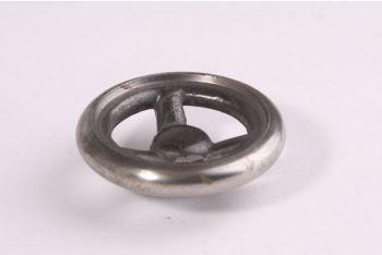Rond wieltje in de vorm van een industriële afsluiter. Het wiel kan gebruikt worden als knop of greep op bijvoorbeeld een stalen of robuste kast. De diameter van de blank gietijzeren greep is 50mm en de hoogte 18mm.