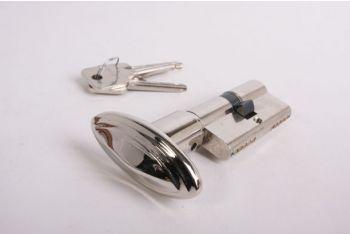 Profielcilinderslot met ovale, blinkend nikkelen knop met randje gemaakt van massief messing en een maat van 30mm+30mm.