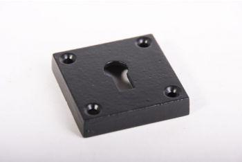 Sleutelrozet gemaakt van gietijzer met een afwerking in zwart. De sleutelplaat is 10mm dik (hol) en 50mm hoog en breed.