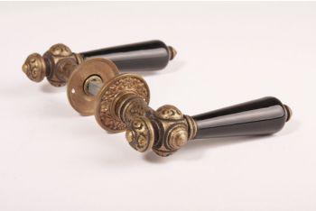 Deurklinken (paar) brons antiek zwart porselein + rozetten 738