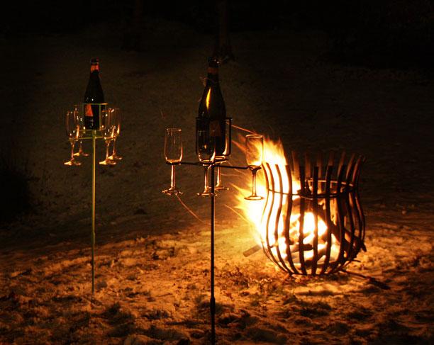 wijn of champagne bij de vuurkorf met oud en nieuw